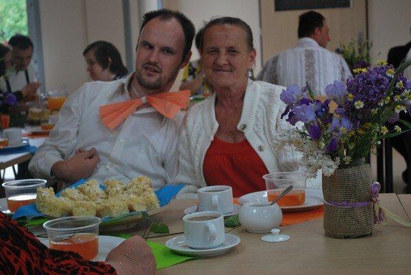 nasz kolega z mamą, razem przy stole