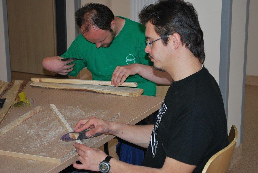 szlifujemy papierem ściernym deski do konstrukcji drewnianej